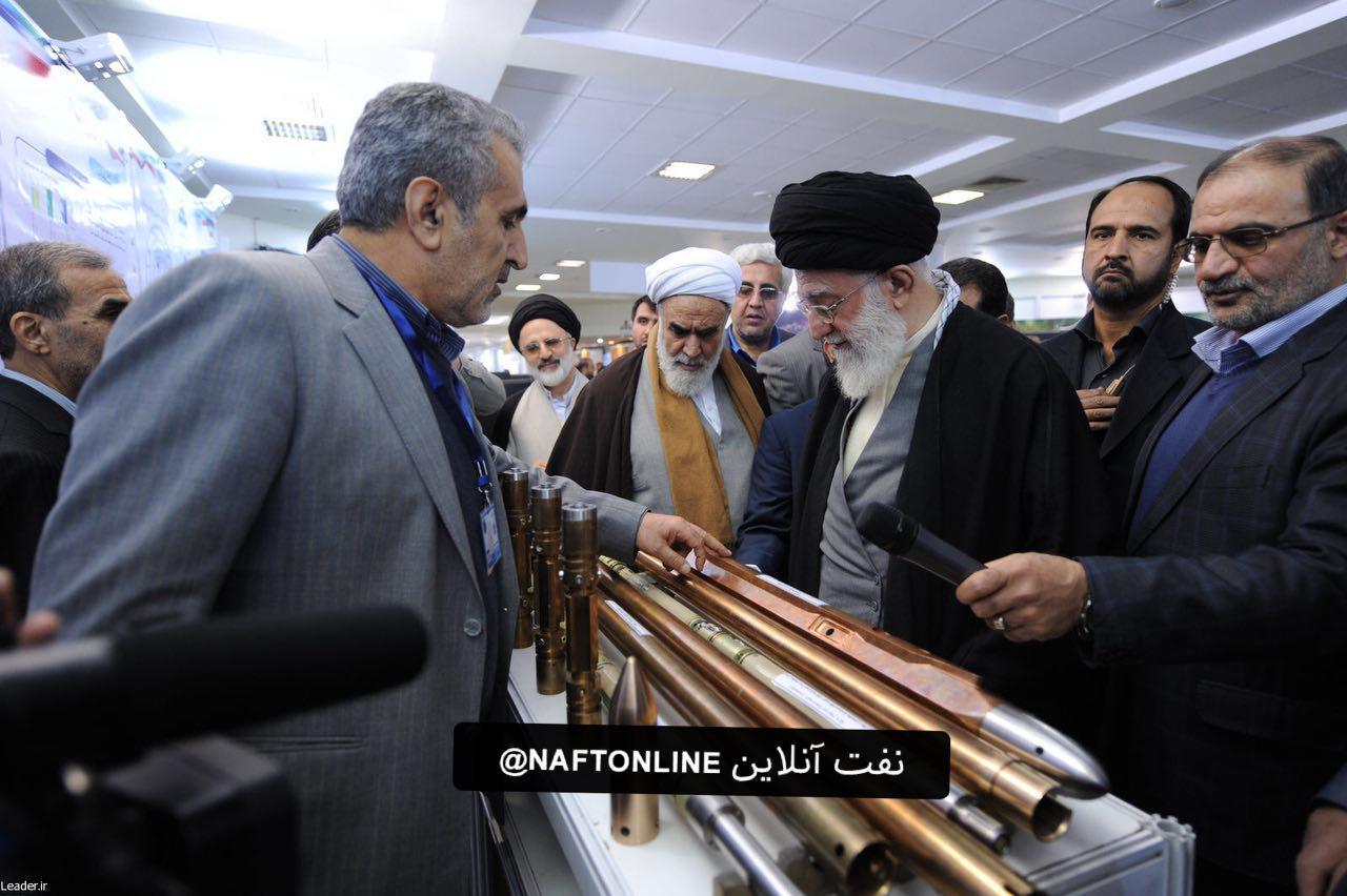 مقام معظم رهبری ،غرفه شرکت ملی حفاری ایران پژوهشگاه صنعت نفت (اسفندماه ٩۰)