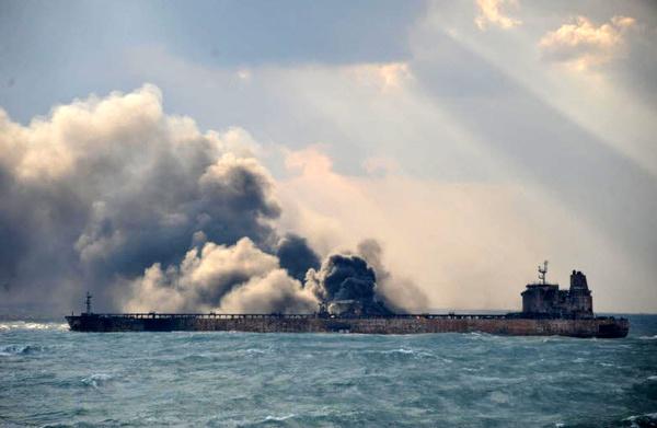 چینیها عملیات اطفای حریق را متوقف کردند / درخواست از نیروی دریایی ارتش برای ورود به عملیات/ هنوز از خدمه سانچی خبری نیست