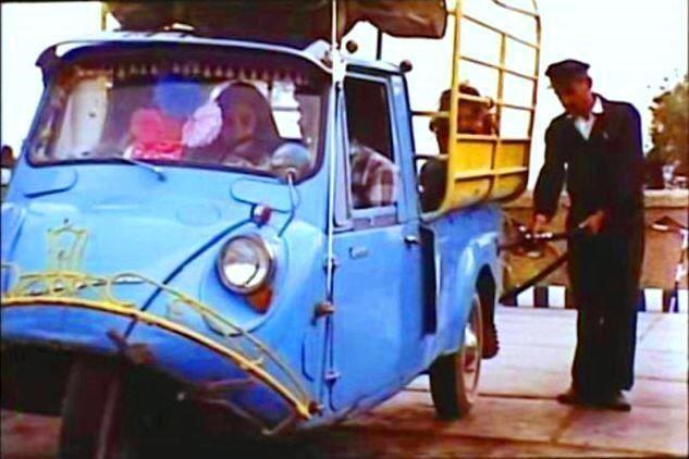 تصویر نوستالژیک از سوخت گیری موتور سه چرخ/دهه۵۰